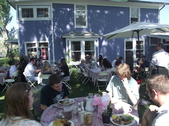 Fresh and Wyld Farmhouse Inn: Brunch Outdoors