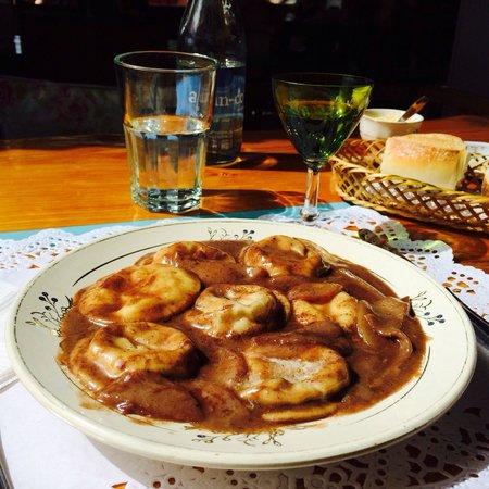 Chiado: Sorrentinos de queso brie con salsa de peras con oporto. Excelente!!