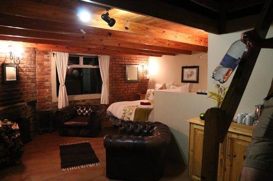De Ark Mountain Lodge : Wohnbereich und Schlafzimmer