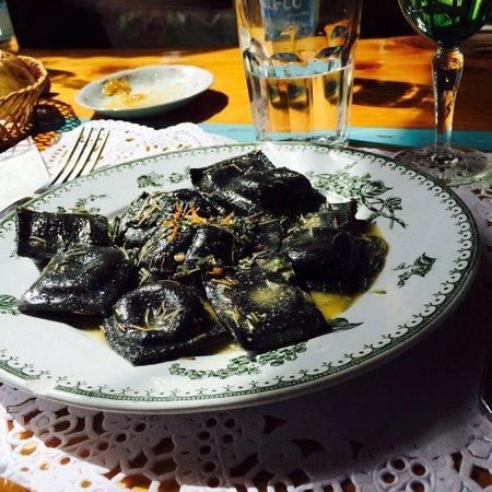 Chiado: Ravioles negros de salmon con manteca de romero. Deliciosos.