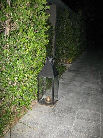V Villas Hua Hin, MGallery by Sofitel: romantischer Kerzenschein auf dem Weg zu Villa