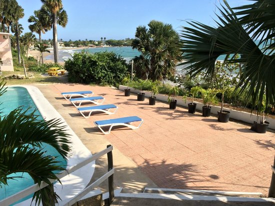 Treasure Beach Hotel: Basen dolny z leżakami