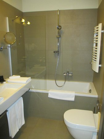Kossak Hotel : Bathroom with rain shower and speaker linked to TV