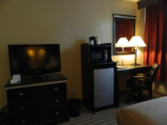 La Quinta Inn & Suites Indianapolis Downtown: TV, fridge, microwave, desk