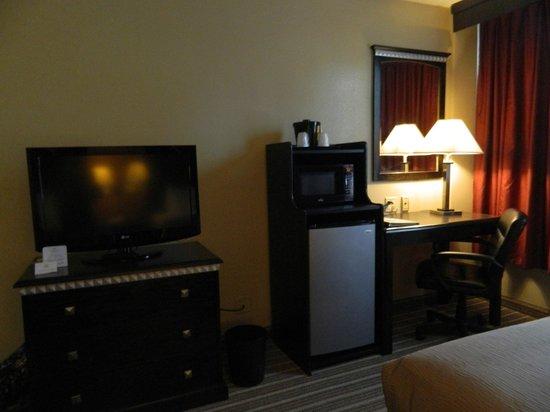 La Quinta Inn & Suites Indianapolis Downtown: TV, fridge, microwave, desk