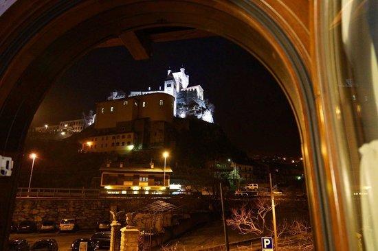 Hotel-Residence Chateau: Вид из окна на замок.