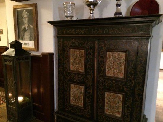 Kredens i stare zdjęcia w Restauracji Kulmwirt