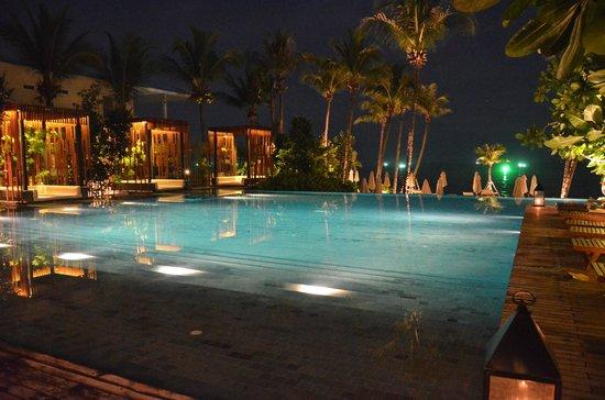 Cape Nidhra: Pool bei Nacht