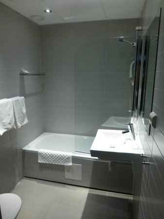 Svalbard Hotel: Modern, Clean Bathroom