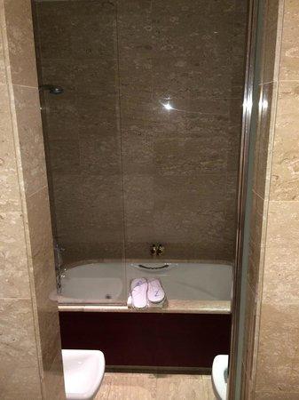 Eurostars Grand Marina Hotel : la salle de bain : douche et bain à remous