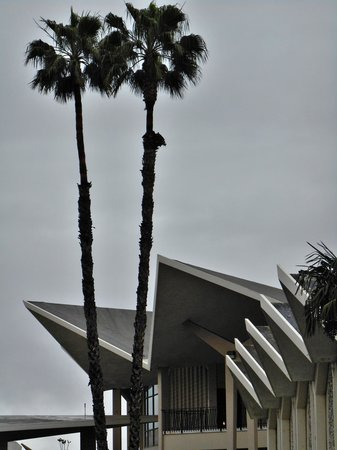 Fullerton Marriott at California State University : Googie architecture across the street at Hope University