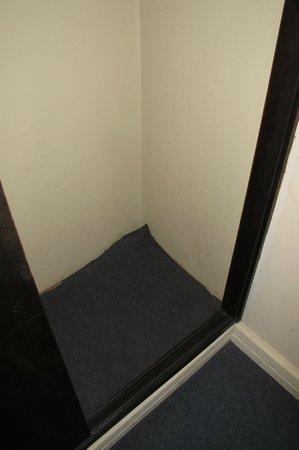 Hotel Saint George: Teppich im Schrank
