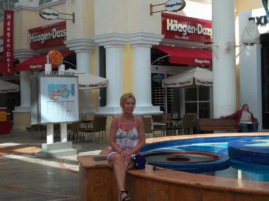 La Isla Shopping Village : Deborah at La Isla