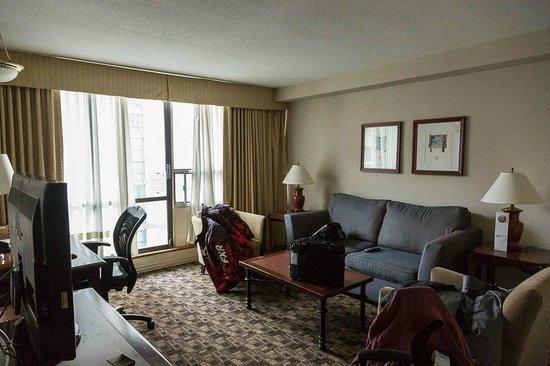 Chelsea Hotel, Toronto: Living room in suite