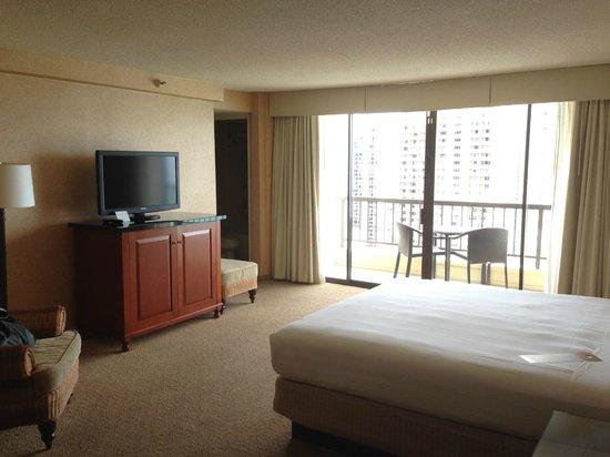 Hyatt Regency Waikiki Resort & Spa: 室内は広々としていて中央にキングサイズのベッドがあります。