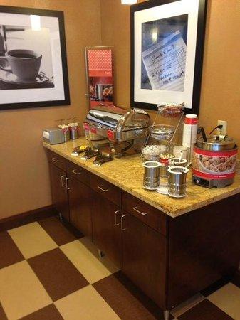 Hampton Inn Marquette/Waterfront: Free breakfast buffet