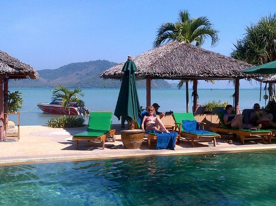 Friendship Beach Resort & Atmanjai Wellness Centre: Relaxing by the pool