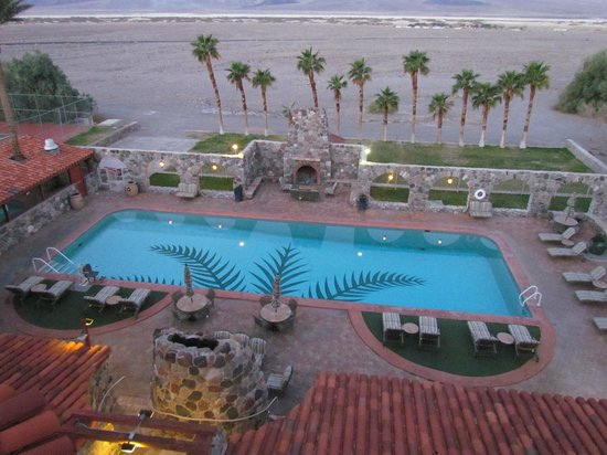 Furnace Creek Inn and Ranch Resort: pool from deck for relaxing on