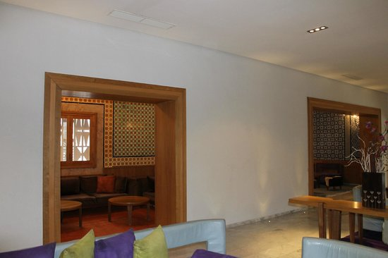 The Orangers Beach Resort & Bungalows: side alcoves off the reception area for relaxing