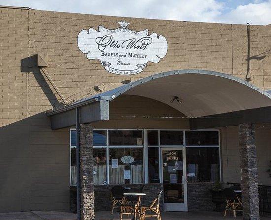 Olde World Bagels & Market : Outside seating
