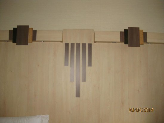 Tavistock Hotel: Art Deco style Decoration above the beds