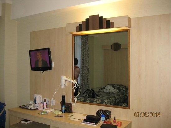 Tavistock Hotel: T.V, mirror, hairdrier in Room 302