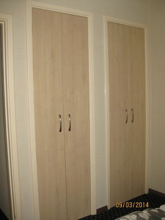 Tavistock Hotel: Wardrobe space Room 302