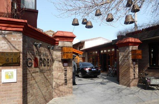 Red Wall Garden Hotel: Entrance