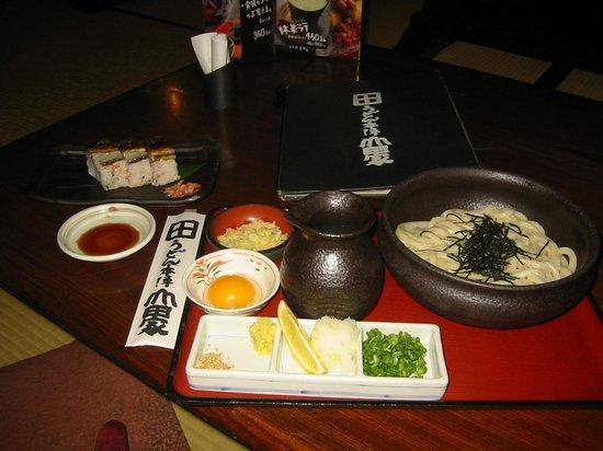 Udon Honjin Yamadaya Sanuki Honten : 釜揚げうどんと鯖寿司