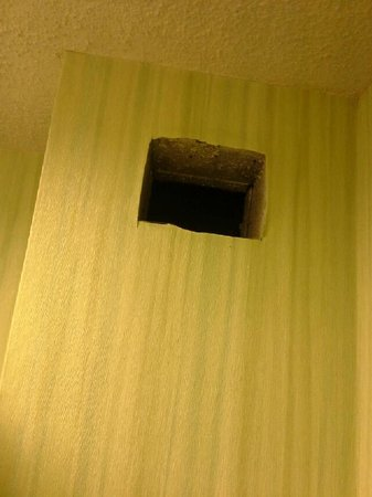 Hampton Inn & Suites South Bend: Vent covers removed in rooms
