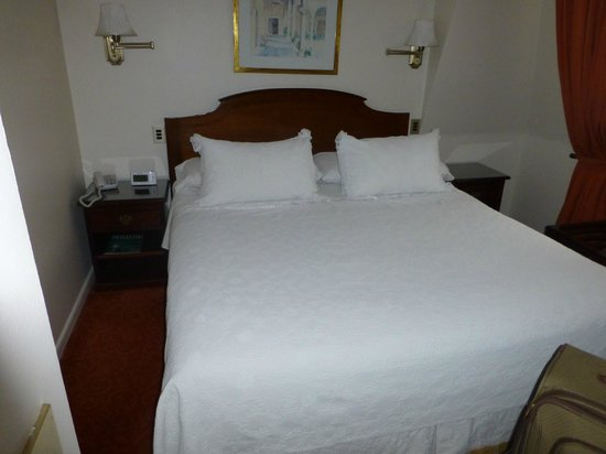Hotel Orly: Very comfortable queen bed, junior suite