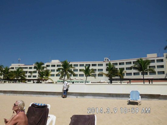 Dreams Huatulco Resort & Spa: Wall for when water is high