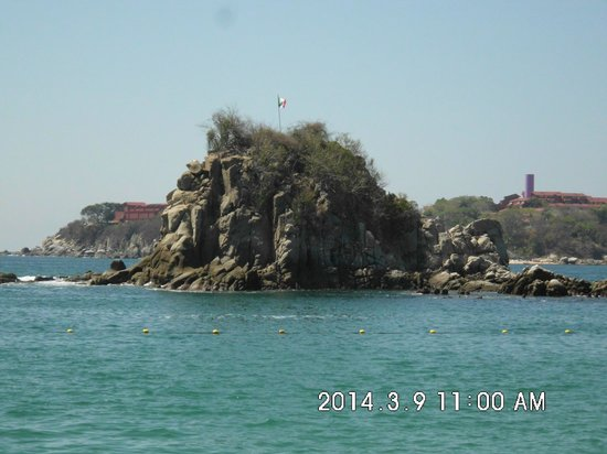 Dreams Huatulco Resort & Spa: Big rock in the ocean