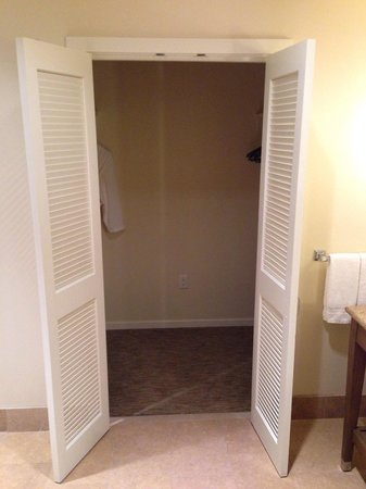 Carmel Valley Ranch: Walk in wardrobe in the bathroom
