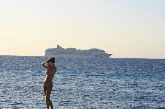 El Cozumeleño Beach Resort: cruise ships sailing by nightly