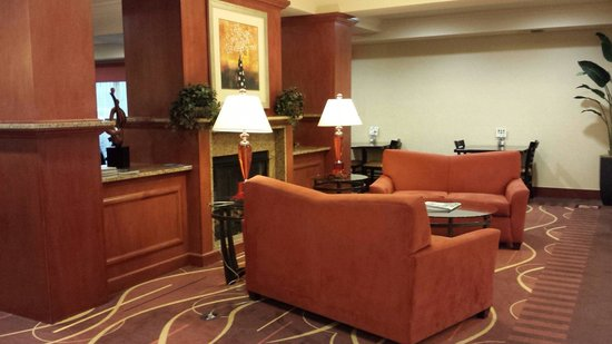 Holiday Inn Express Suites Chehalis - Centralia: Lounging area right of the foyer
