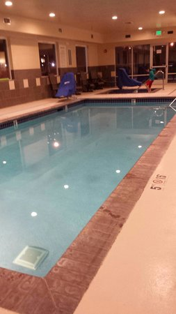 Holiday Inn Express Suites Chehalis - Centralia: Pool and jacuzzi