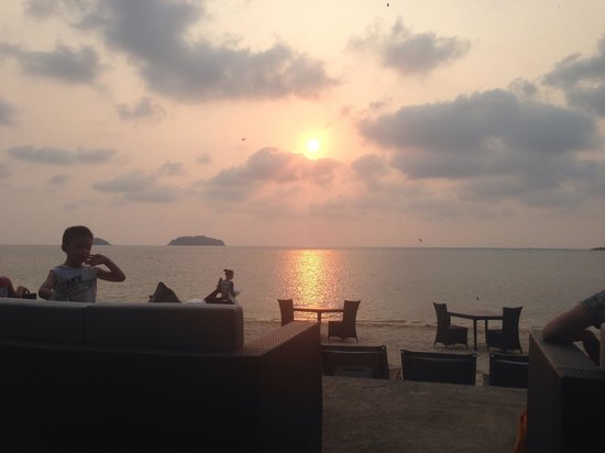 The Chill Resort & Spa, Koh Chang: Sunset at the bar