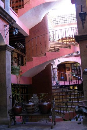 Posada de las Flores Loreto: Lobby view of staircase to rooms & rooftop