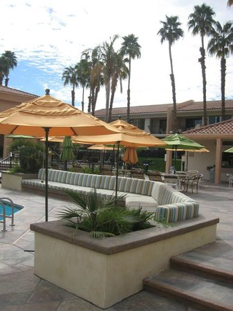Welk Resorts Palm Springs: pool and cabana area