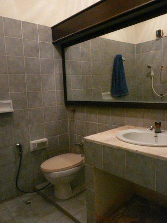 Queen Hotel: The bathroom