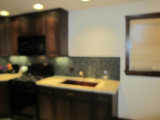 Pantai Inn: Kitchen area. Quartz counters, pounded copper sinks