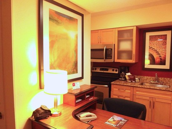 Residence Inn Jacksonville Baymeadows: kitchen desk