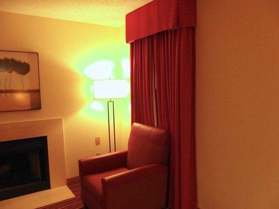 Residence Inn Jacksonville Baymeadows: these light bulbs give off horrible color tone/temp.