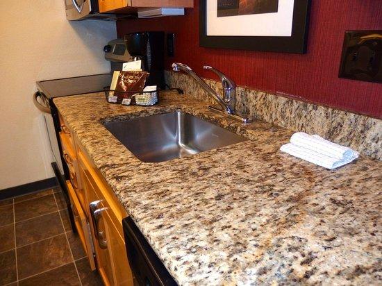 Residence Inn Jacksonville Baymeadows: kitchen counter NICE