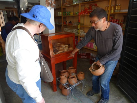 Cielo y Tierra Private Day Tours: Alex stopped to buy a pot...20 pesos. Absolutely no buying pressure in the markets.
