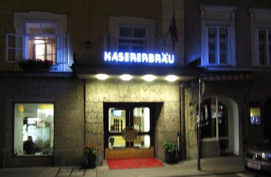 Altstadthotel Kasererbräu: Entrance at Night