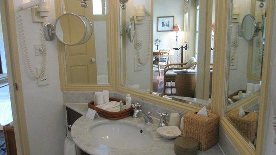 Raffles Grand Hotel d'Angkor: バスルームの様子