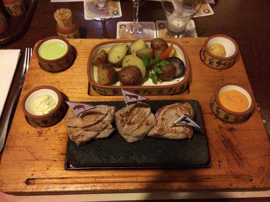 Zig Zag Restaurant: Le trio de viande (porc, bœuf et alpaga) servi avec différentes sauces et garnitures, excellent!