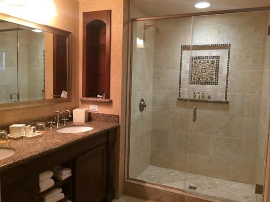 The Meritage Resort and Spa: Roomy bathroom